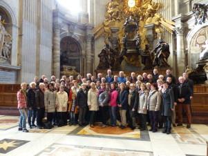 P1100040 Reisegruppe im Petersdom